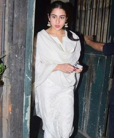 Sara Ali Khan cutest unseen latest images of her body show from kedarnath and navel pics with hot sexy big cleavage and bikini photos collec. Bollywood Celebrities, Bollywood Actress, Stylish Dresses, Fashion Dresses, Kalamkari Dresses, Saif Ali Khan, Exotic Beauties, Saree Dress, Latest Images