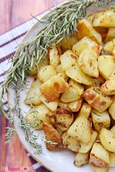 Garlic and Herb Roasted Potatoes ~ a simple, delicious side dish flavored with fresh rosemary and thyme Potato Dishes, Potato Recipes, Food Dishes, Vegetable Recipes, Side Dishes, Herb Roasted Potatoes, Mashed Potatoes, Cooking Recipes, Healthy Recipes