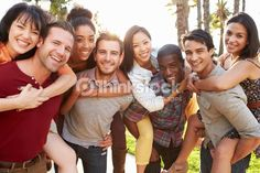 Foto de stock : Grupo de amigos divirtiéndose juntos al aire libre