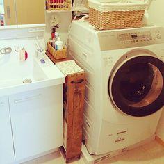 日本は狭い空間をより効率よく使うために、脱衣所と洗面所を兼ねているお宅が多いと思います。そのため、脱衣所には物がいっぱい。タオルに洗剤のストック、洗面用品に体重計……、収納に困っている人も多いのでは?今回はそんな洗面・脱衣所をスッキリ快適に収納したアイディアをご紹介します。