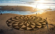 I ncredible Works of Beach Art by Andres Amador San Francisco native Andres Amador is an artist that specializes in temporary land art on. Mandala Art, Art Plage, Sand Drawing, Beach Drawing, Deco Nature, Sand Painting, Beach Paintings, Beach Artwork, Ouvrages D'art