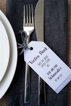 Wollt ihr eure Gäste auf eine ganz besondere Weise begrüßen? Dann sind diese Willkommenskarten genau das Richtige für euch!  Wer schon geheiratet hat, weiß, wie schwer es ist, an der Hochzeit...