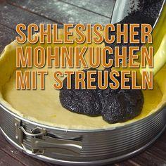 Schlesischer Mohnkuchen wie von Oma und frisch vom Blech ist einfach unübertroffen. Der Boden besteht aus Hefeteig, darauf kommt eine köstliche Mohnfüllung und getoppt wird der Kuchen mit herrlichen Streuseln.  #mohnkuchen #kuchen #blechkuchen #schlesisch #daskochrezept #bafcken #oma #lecker #streusel