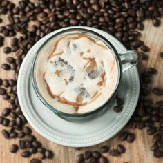 Homemade Iced Caramel Macchiato - your coffee house fave made in the comfort of your own home. Gluten Free Drinks, Gluten Free Desserts, Gluten Free Recipes, Dessert Recipes, Cinnamon Coffee, Chocolate Cookies, Cocktail Recipes, Smoothies, Smoothie