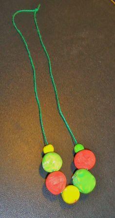 DIY ketting gemaakt van kleipareltjes en geschilderd