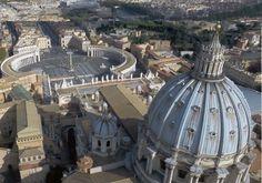 La cappella Sistina, sul lato sinistro della basilica di San Pietro, ha forma rettangolare (40,93 x 13,41m, pari alle dimensioni del Tempio di Salomone). Ha un'altezza di 20,70m ed è coperta da una volta a botte ribassata, collegata alle pareti da vele e pennacchi, che generano lunette in corrispondenza dei muri laterali. Sotto ciascuna lunetta ci sono le finestre che danno luce all'ambiente. Sopra il portale c'è lo stemma dei Della Rovere di Sisto IV,  fatto all'epoca di Giulio II, suo…