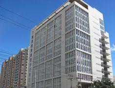 Paneles de fibrocemento de alta densidad marca Equitone son los encargados de dar personalidad a la fachada ventilada de MAZ en Bogotá