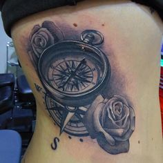 Costillas muy bien aguantadas!Muchas gracias Elena! Para citas 954 67 48 11#traditionaltattoo #tradicional #oldschool #oldschooltattoo #tatuajetradicional #realistic #tattoorealist #tatuajerealista  #tattoo #tatuaje #sevillatattoo #hardrocktattoo #davidcruztattoo #tatuajesevilla #tatuada #ink #brujula #compass
