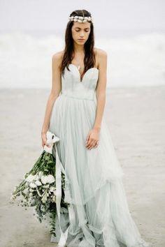Stille Hochzeits-Romantik am blauen Ufer von Lima CLAIRE MORGAN  http://www.hochzeitswahn.de/inspirationsideen/stille-hochzeits-romantik-am-blauen-ufer-von-lima/ #bride #wedding #weddingdress