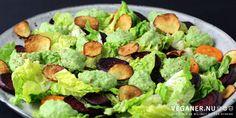 Vinterens rødder får godt selskab af en mild puré og sprøde salater i denne skønne salat, der peppes lækkert op af knasende sprøde og let sødlige jordskokkechips.