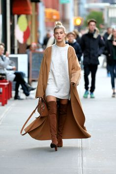 Hailey Baldwin's overknees street style look - Fashion Winter Mode Outfits, Winter Outfits For Work, Winter Outfits Women, Winter Fashion Outfits, Look Fashion, Classy Fashion, Party Fashion, Fashion Dresses, Fashion Shoes