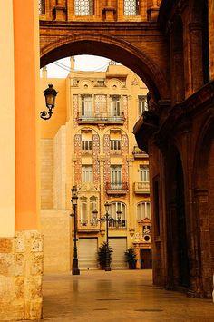 Paseo de la Plaza de la Virgen para L' Almoina, Valencia. Spain..