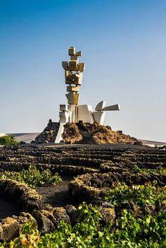 MONUMENTO al trabajador conejero obra de César MANRIQUE HARÍA