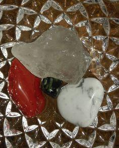 edelsteinwasser im kristallglas #edelstein #kristall #glas #bergkristall #jaspis #rot #howlith #seraphinit #gemstone #motherearth #nature #heilsteine #natur #gem #wassersteine