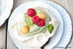 Baisernester mit Basilikumcreme und Früchten