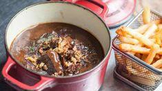 Carbonade flamande : un délicieux plat, typiquement français - TonMag Dried Prunes, Steak And Ale, Guisado, Belgian Food, Belgian Cuisine, Cooking With Beer, Seafood Restaurant, Fish Dishes, Beef Recipes