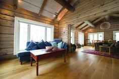 Denne store og åpne stua er gitt en avslappet stemning med Tyrilin Interniørbeis farge 13 Skumring. Taket er behandlet med 10 Kalkhvit som er avstrøket for å bevare trestrukturen i takpanelet. For å lande helhetsuttrykket er det valgt å olje gulvet med TreStjerner i farge 2032 Naturell brun. Interior Colors, Cottage Interiors, Colorful Interiors, Cabin, Couch, Living Room, Furniture, Home Decor, Lattices