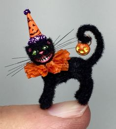 OOAK Miniature Dollhouse Handcrafted Halloween Kitten Cat Scaredy Black Fur Cat Vintage Halloween Decorations, Fete Halloween, Halloween Doll, Halloween Ornaments, Halloween Projects, Holidays Halloween, Happy Halloween, Halloween Treats, Halloween Miniatures