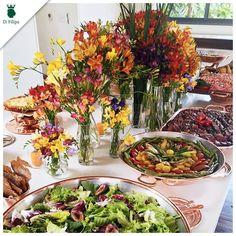 A primavera chegou! É hora de abusar das flores coloridas nas decorações. Para se inspirar, olha só essa mesa no almoço feito pelo Balsamico Buffet na Quinta da Baroneza. As baixelas de cobre são da D.Filipa.