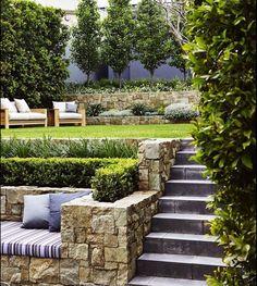 Sendero del jard n de mi casa con piedras lajas ideas for Ideas jardin desnivel