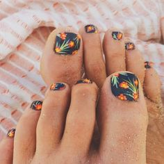 Summertime toes via @goldfish_kiss #thewateriswaiting