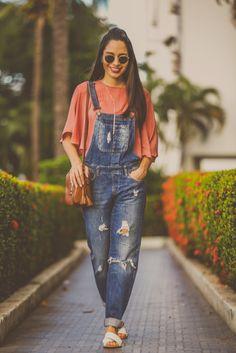 Macacão jeans, bata e chinelo. Look casual