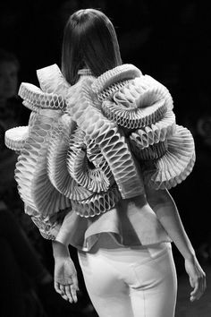 Givenchy haute couture spring/summer 2008 using the ruff to develop shapes around the entire upper body. Paper Fashion, Origami Fashion, Fashion Art, Club Fashion, Renaissance Mode, Renaissance Fashion, Couture Mode, Haute Couture Fashion, Givenchy