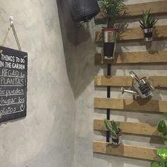 Qué sorpresa entrar a #LaTabernadelColono a comer y descubrir que tienen un rincón creado con nuestros productos! Gracias!! #pizarra #jardin #terraza #madrid #malasaña #cute #hosten #jardineria
