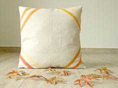 Cuscino in misto lino 45x45, con strisce gialle, arancio, ocra su ogni angolo, idee arredamento rustico moderno, autunno home decor, minimal