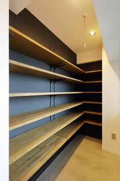 リノベ不動産、Three Eight、ヤナセ不動産、リノベーション、室内窓、土間スペース、土間収納 Diy Wall Shelves, Shelving, Building Shelves, Showroom Interior Design, Store Layout, Toms Shoes Outlet, Home Organisation, Closet Bedroom, Luxury Living