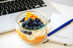 Szukasz pomysłu na szybkie śniadanie? Przygotuj płatki owsiane z jogurtem i owocami dzień wcześniej i zabierz ze sobą na wynos do pracy.