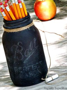 Chalkboard Pencil Holder Get in the back-to-school spirit by covering a Mason jar with chalkboard spray paint. Gift it to your child's teacher, or keep it next to your own desk at home for handy storage. Chalkboard Mason Jars, Chalk Paint Mason Jars, Chalkboard Paint, School Chalkboard, Easy Teacher Gifts, Teacher Appreciation Gifts, Teacher Stuff, Mason Jar Gifts, Mason Jar Diy