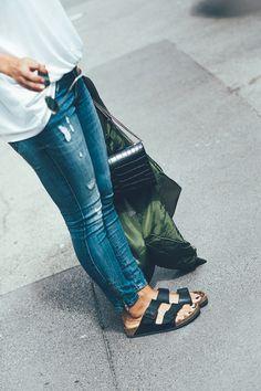 British mum style deluxe: Ankle Jeans, lässiges Shirt und Birkenstock - perfekt für den Sommer