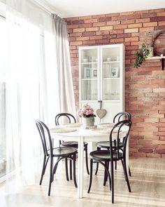 Helles Interior, Eine Backsteinwand Kombiniert Mit Schlichten Deko Pieces,  Wie Dem Tischset Weave Und Frischen Blumen Sorgen Für Ein Helles Und ...
