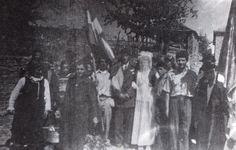 30. Πολυκάστανο Κοζάνης (μέσα 20ού αιώνα). Η πομπή του γάμου μετά το στεφάνωμα. Δίπλα στο γαμπρό και τη νύφη το μπαϊράκι. Η σημαία στο γάμο, Ελευθέριος Π. Αλεξάκης