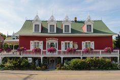 L'auberge du Mange Grenouille au Bic Bas Saint Laurent, Places To Visit, Mansions, House Styles, Home, Old Homes, Manor Houses, Villas, Ad Home