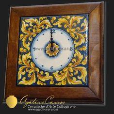 Orologio in ceramica di Caltagirone dipinta a mano, decoro ornato fondo blu