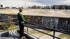 BERLIN 1985, Blick auf die Berliner Mauer und den 'Todesstreifen' der DDR  am Potsdamer Platz. (Quelle: imago)
