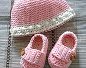 crochet baby booties and hat in pink and off white, set shoes and bonnet, size 0/3 months ready to ship
