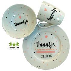 Janssies maakt persoonlijk, handbeschilderd geboorteservies Little Presents, Diy Presents, Arts And Crafts, Diy Crafts, Posca, Pottery Painting, Baby Time, Sharpie, Baby Gifts