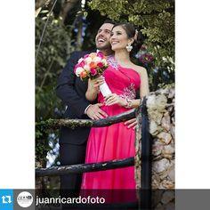 Nuestro bouquet en rosas naranjas , fucsias, vendelas e hipericum en acción con Vanessa y Luis Arturo. Mas sonrisas, mas amor Con Alegra Con Flores.