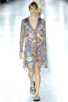 CHRISTOPHER KANE. Stilista glam ma... low cost.... Disegna la linea VERSUS per DONATELLA VERSACE. Ma bravo.... :)