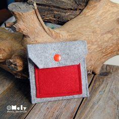 Piccolo portamonete/portatutto da borsa in feltro grigio chiaro e taschina in feltro rosso di MelyHandmade su Etsy