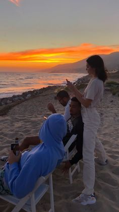 Kendall Jenner flaunts flexibility by kicking a bottle off pal's head Watching the sun go down: By sunset, Kendall was at the beach with new additions to the crew, including Anwar Photos Bff, Friend Pictures, Travel Photos, Photo Summer, Good Vibe, Summer Goals, Kendall Jenner Outfits, Summer Aesthetic, Aesthetic Girl