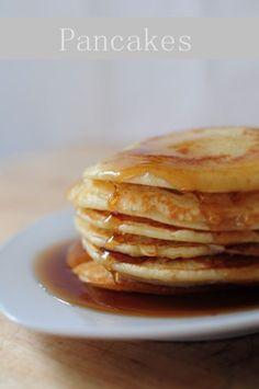 La popotte de Manue - Pour une 15aine de pancakes rapides : 250 g farine, 3 oeufs, 60 g beurre, 25 cl  lait, 1 cc levure chimique, 2 cs sucre, 1 pincée sel Ds 1 saladier, mélanger tous les ingrédients et le  beurre fondu. Ds 1 grde poêle huilée chaude déposer 3 tas de pâtes qui vont s'étaler, retourner les pancakes dès que des petites bulles se forment sur le bord. Servir avec ce que vous voulez.