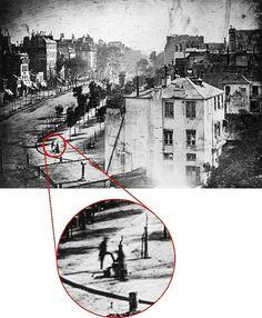 Fontes acreditam que a fotografia deste post é a primeira tirada de seres humanos. A foto foi registrada por Louis Daguerre em 1838, e é uma vista do Boulevard du Temple, em Paris.  Este tipo de fotografia era produzida na exposição por 10 minutos em uma placa tratada quimicamente.