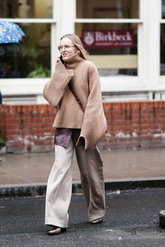 With London Fashion Week wrapped up, we're looking back at the best street style outfits and looks between shows. Cool Street Fashion, Street Style, Fashion Pants, Fashion Outfits, Winter Mode, Cool Style, My Style, London Fashion, Normcore