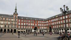 Es una escuela en Madrid, España. Los estudiantes y los maestros van a la escuela.
