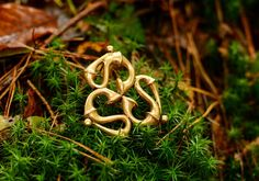 Roman Triquetra Brooch Replica, available on www.peraperis.com - House of History in wholesale and retail.