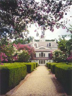Houdard Plantation - Louisiana Is this the back of Houmas House? Louisiana Plantations, Louisiana Homes, New Orleans Louisiana, Louisiana History, Beautiful Gardens, Beautiful Homes, Beautiful Places, Old Southern Homes, Southern Charm